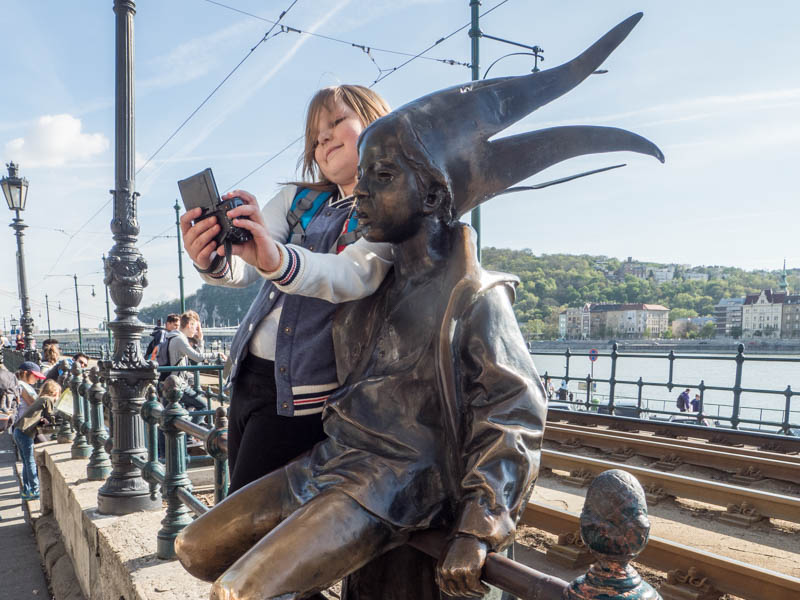 Holčička a socha v Budapešti.