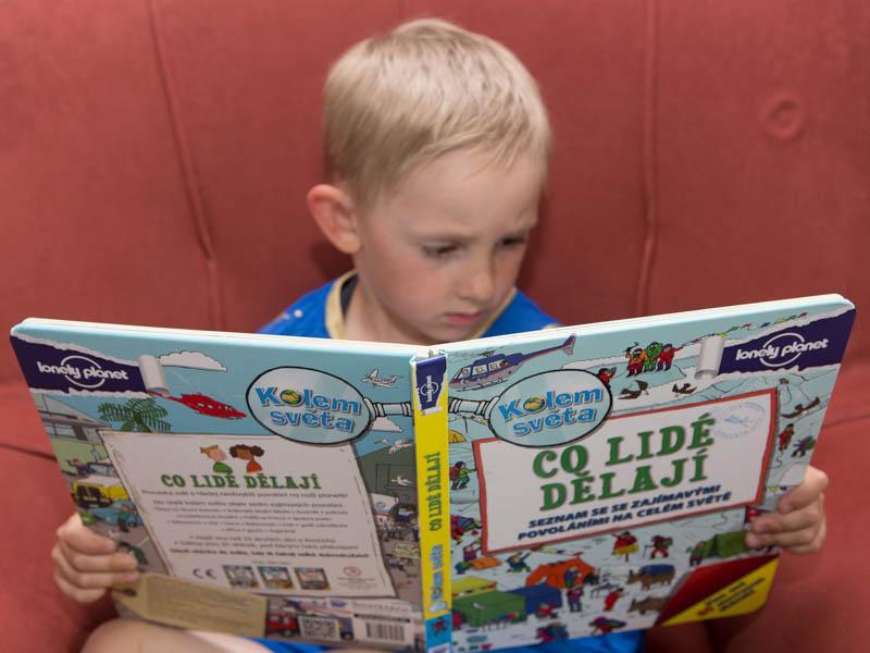 Kluk čte knihu od Lonely Planet Co lidé dělají.