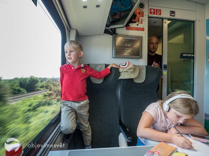 Ve vlaku s dětmi