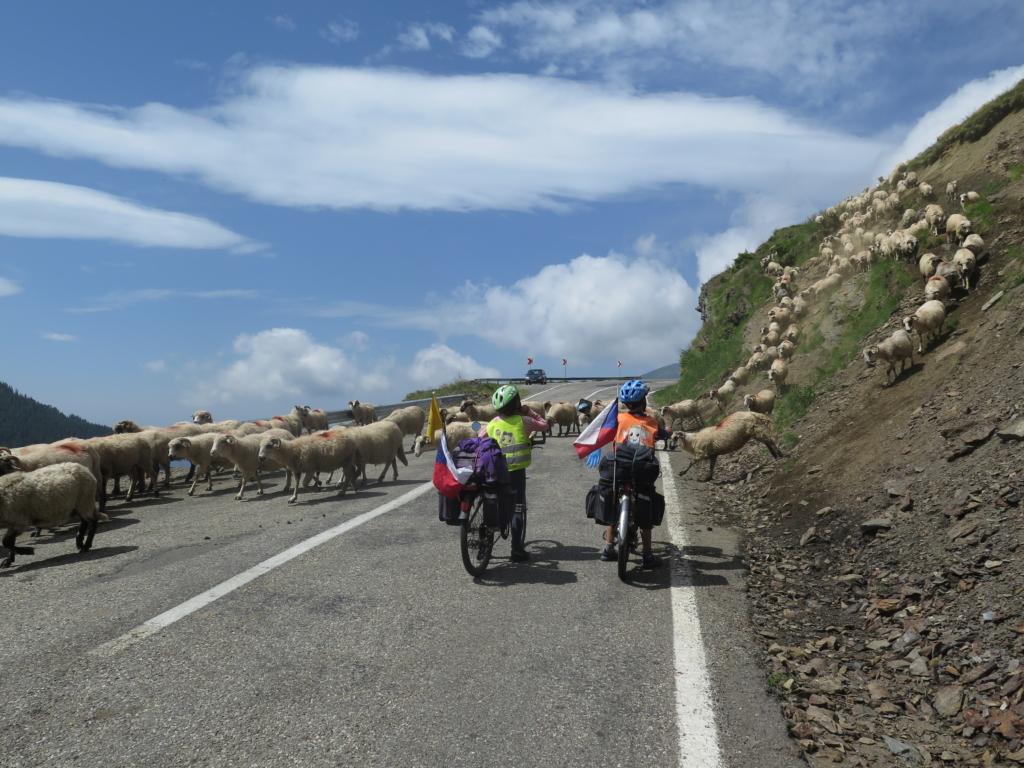Malí cyklisté v Rumunsku.