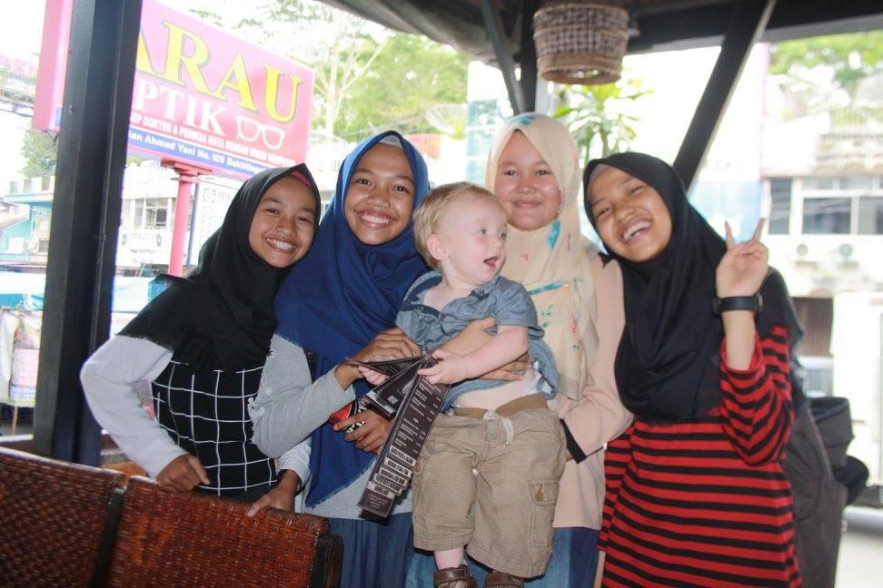 Saša jede na Sumatře.