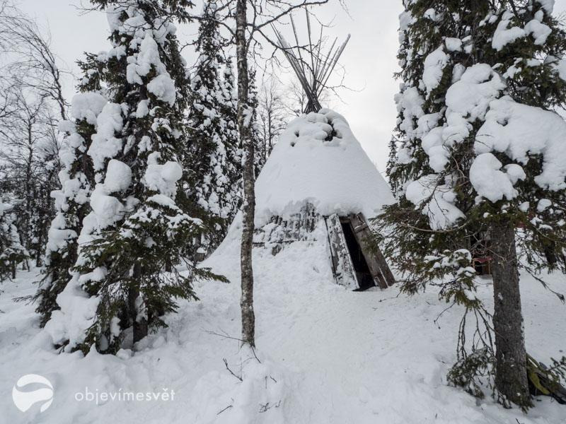 Finský stan pod sněhem.
