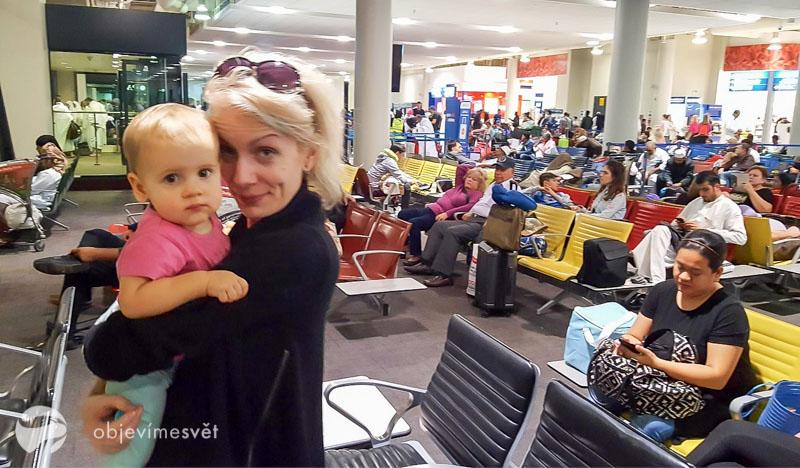 S miminkem na letišti.
