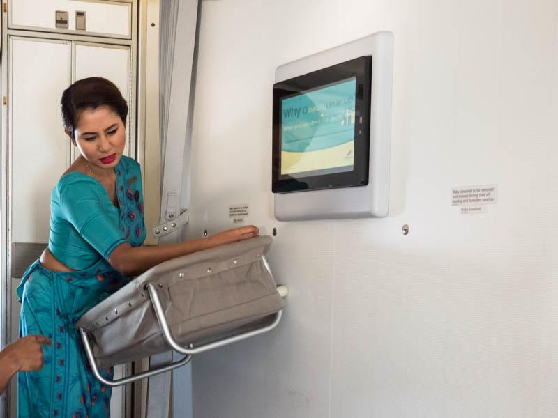 Postýlka pro miminko v letadle.