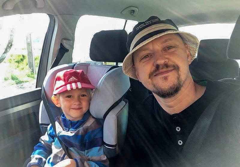 Otec a syn v autě.
