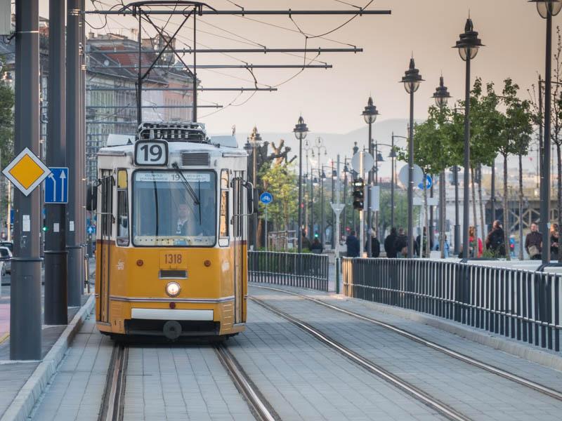 žlutá tramvaj v Budapešti