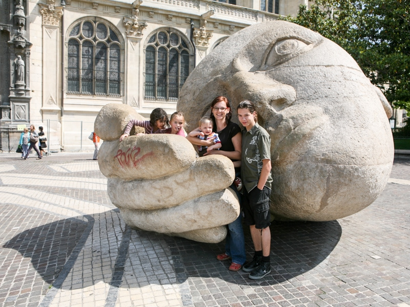 Paříž socha hlavy a dlaně