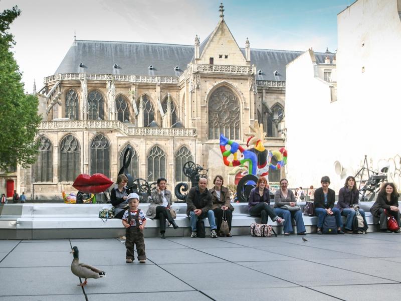 Kačenka před palácem Pompidou v Paříži