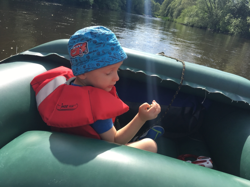 kluk na raftu sjíždí řeku