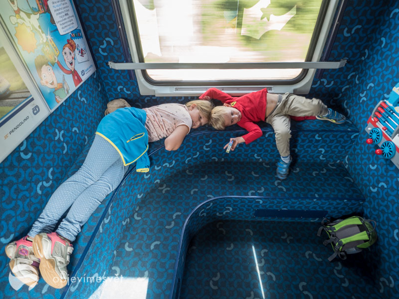 Děti ve vlaku