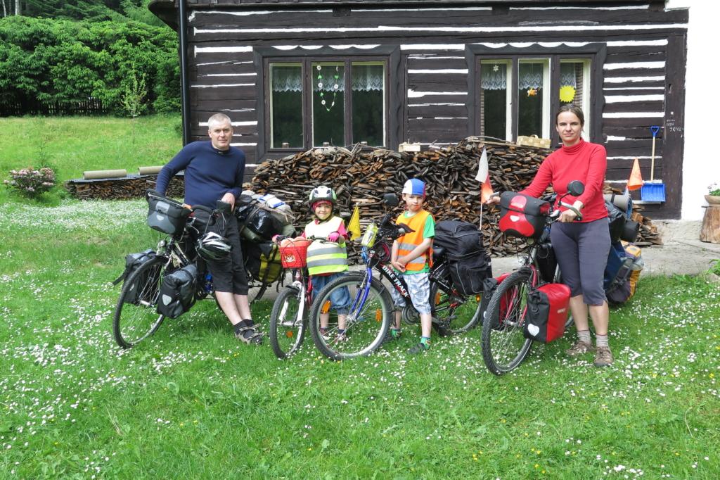 Cyklisté připravení na dlouhou cestu.