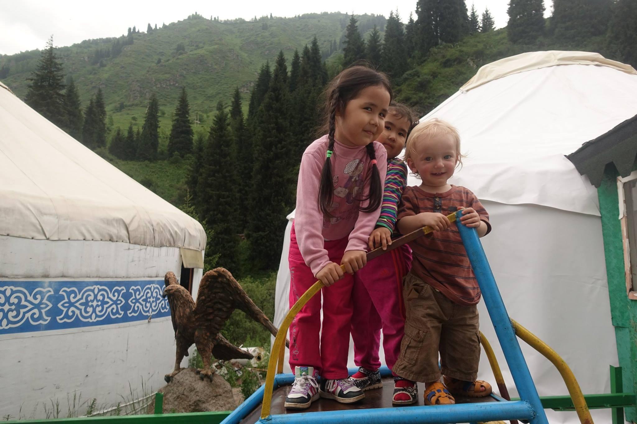 Děti u jurty v Kazachstánu.
