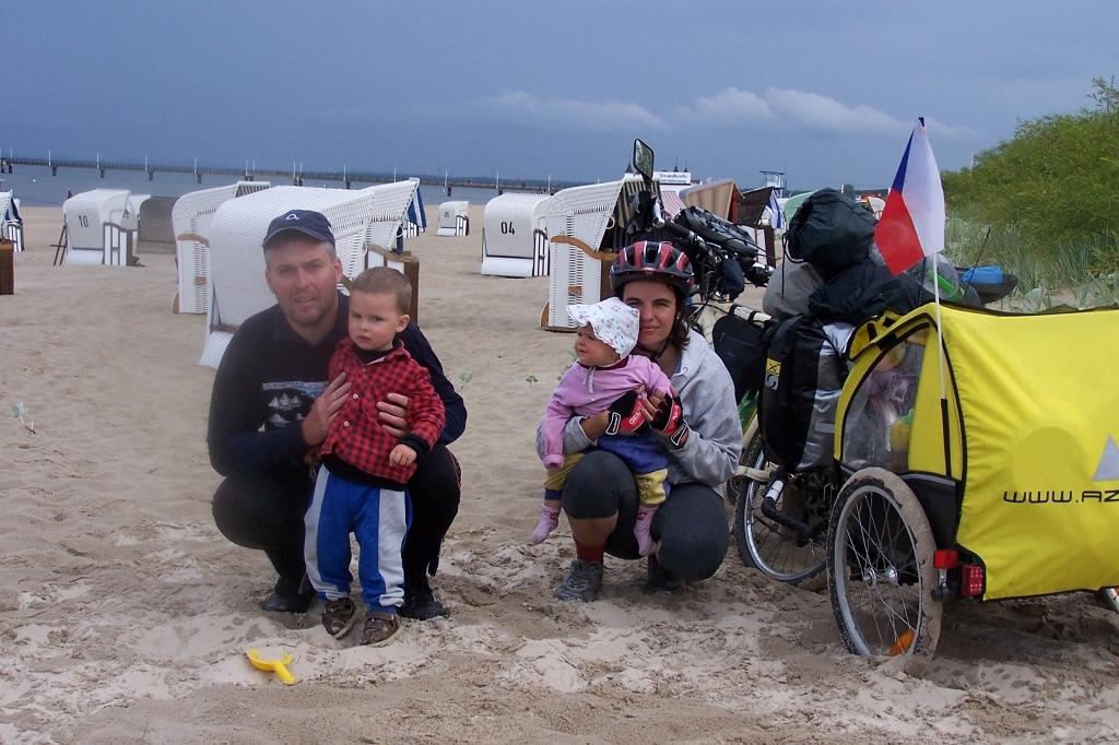 Cyklistická rodina u moře.