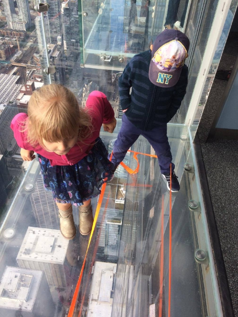 4 kavky skáčou gumu v mrakodrapu