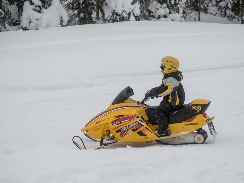 Ve Finsku jezdí na sněžném skútru i děti.