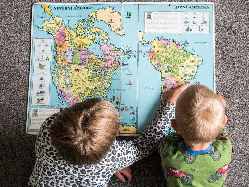 Děti plánují cestu na mapě.