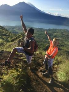 Na cestě dolů z Gunung Batur s dětmi