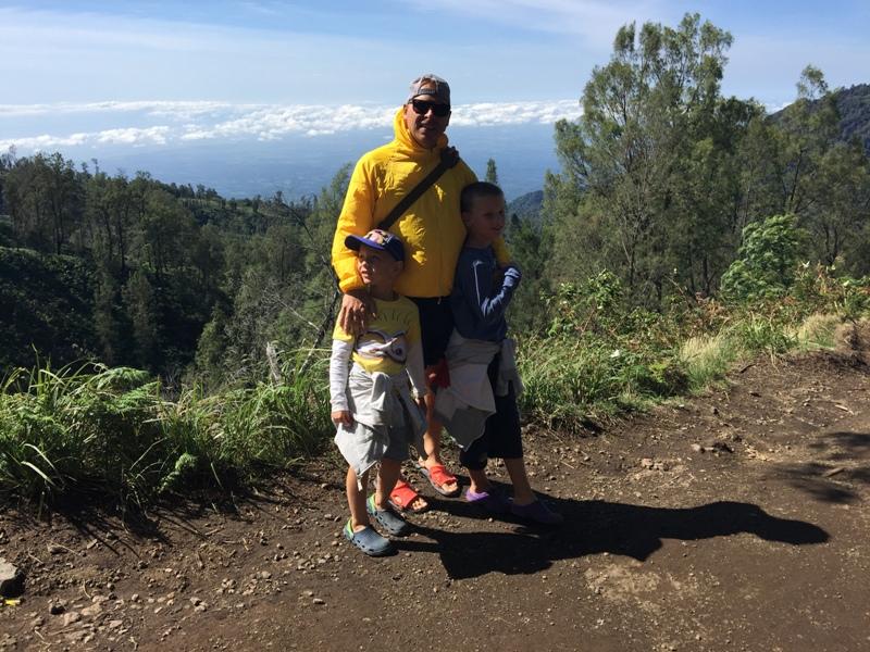 S dětmi cestou k jezeru Kawah Iljen