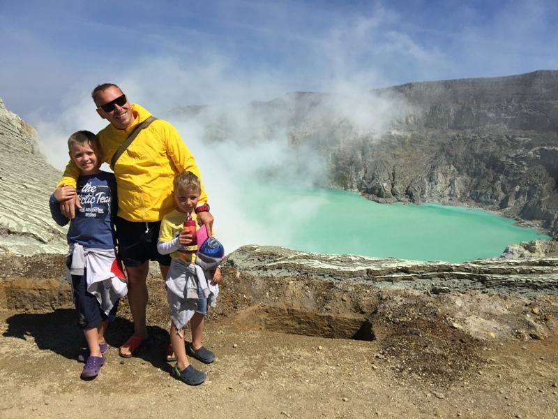 U jezera Kawah Iljen s dětmi