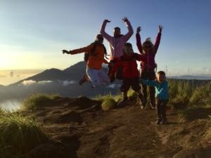 Rodinná fotka s dětmi na vrcholu Gunung Batur