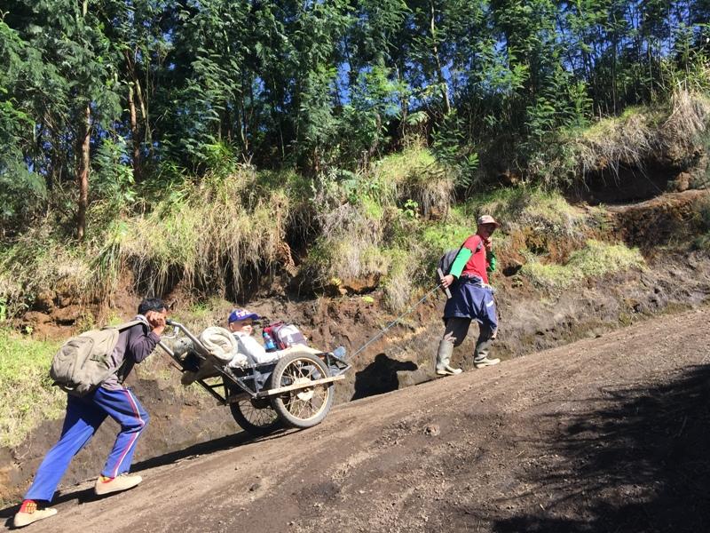 S dětmi po cestě na Kawah Iljen