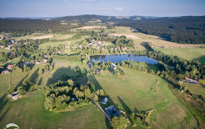 Letecký snímek Křižánek, lesa a rybníků