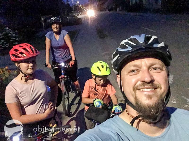 Cyklisti po setmění.